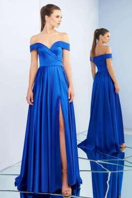 73e339459 Vestido de noche color azul con escote corazón y hombros descubiertos.