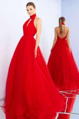 3becd356d1 Vestido color rojo estilo princesa con espalda descubierta y escote V que  luce increíble.