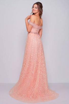 e2d26aaef3 Es un Vestido de princesa en color rosa palo con escote de hombros de  fuera. Es un