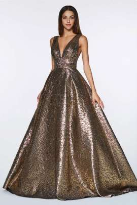 470c07c5d Brillante vestido de gala con relieve metalico y un sensual escote V ...