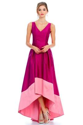 2639986a5 Vestido de noche color rosa fucsia con rosa palo. El vestido tiene escote  tipo V ...